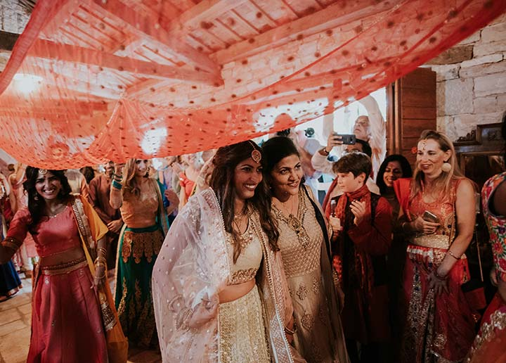 Indijsko vjenčanje u Hrvatskoj, u srcu Istre. Ovo destinacijsko vjenčanje je dokazalo da se dekoracija vjenčane lokacije može potpuno prilagoditi vjerskim tradicijama.
