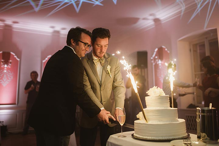 Istospolno vjenčanje u Hrvatskoj - mladenci režu svoju vjenčanu tortu.