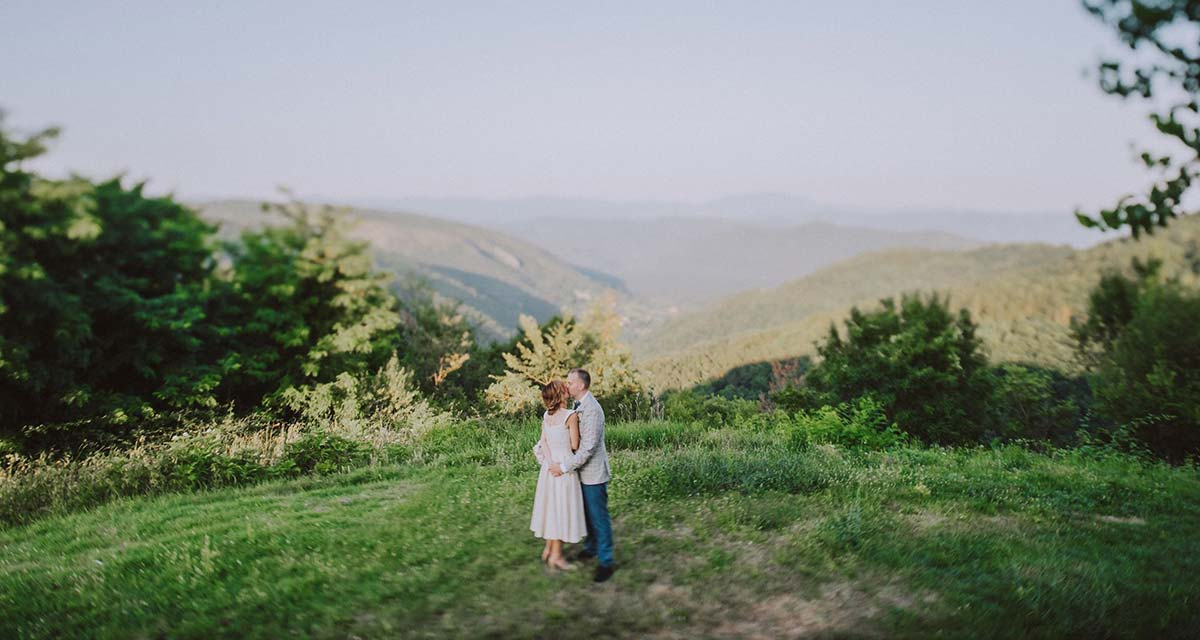 Mladenci usred zelenog polja u Istri.