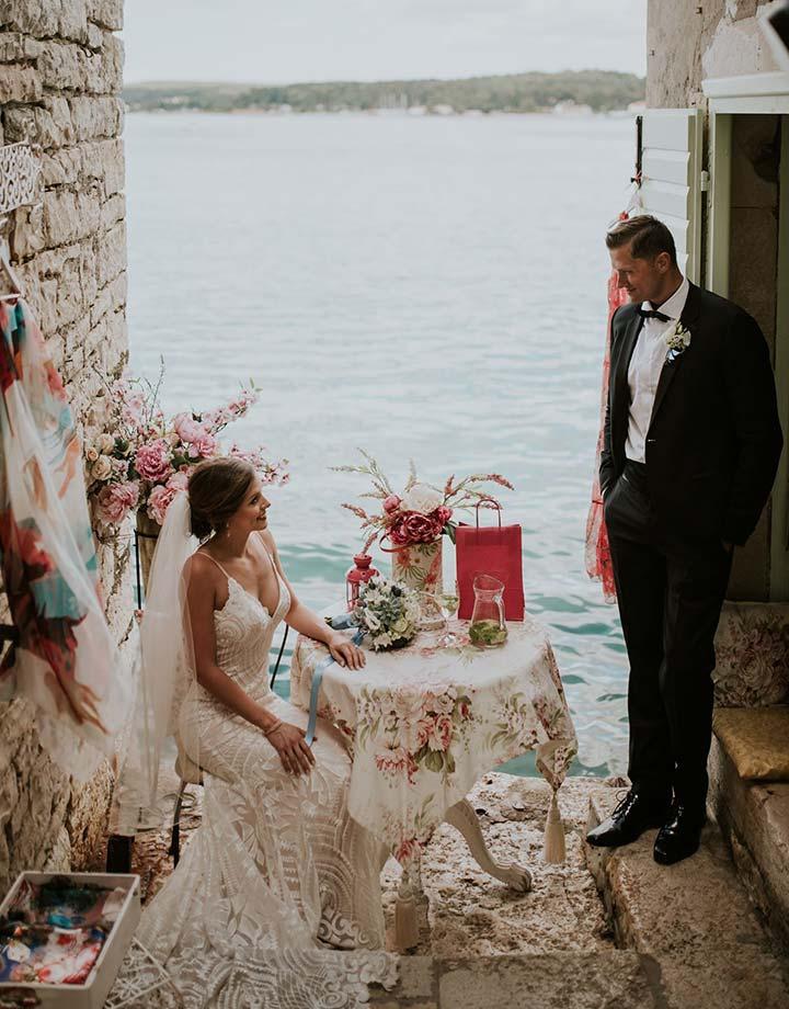 Mladenci se na kraju kaldrme u Rovinju pripremaju za njihovo vjenčanje u Hrvatskoj.