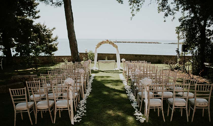 Everything is ready for the wedding ceremony in Istria, in the garden of Poreč.